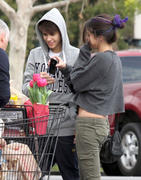 th 86228 Gomezlq8 123 107lo Selena Gomez   grocery shopping in Encino 01/14/12