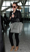 http://img141.imagevenue.com/loc460/th_556902991_Hilary_Duff_at_Heathrow_Airport_London4_122_460lo.jpg