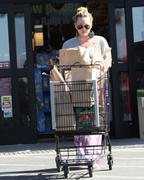 http://img141.imagevenue.com/loc507/th_048556495_Hilary_Duff_Shopping_at_Ralphs_market7_122_507lo.jpg