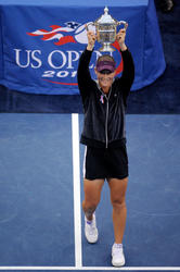 http://img141.imagevenue.com/loc443/th_161844784_148184646_Samantha_Stosur_wins_the_2011_US_Open_051_122_443lo.jpg